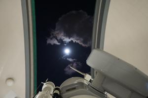 大型望遠鏡で月を観察